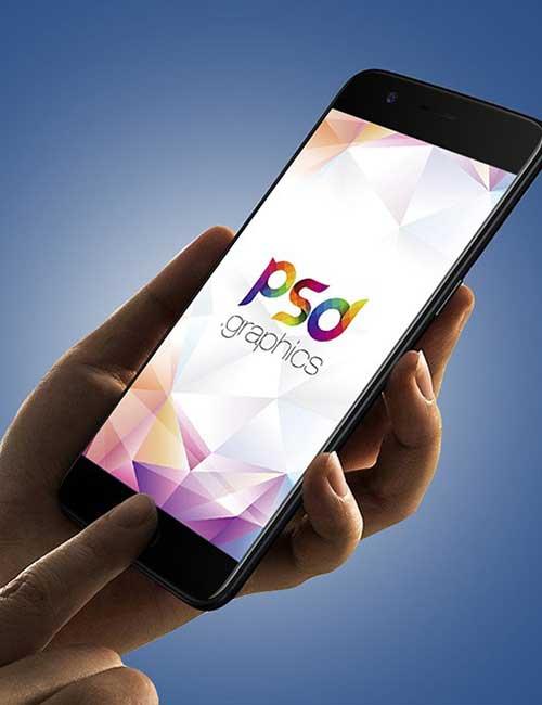 یک گوشی در دست و در صفحه متن PSD Graphic